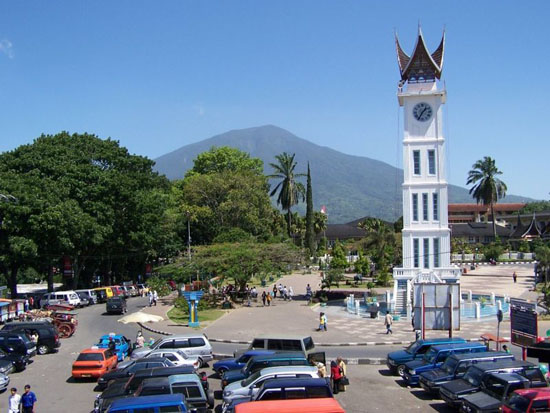 http://wisatabukittinggi.files.wordpress.com/2009/05/bukittinggi_.jpg?w=550&h=413